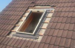 Tetőtéri ablak csere. Az új tok a helyére került