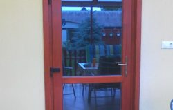 Üvegezett bejárati ajtó fából